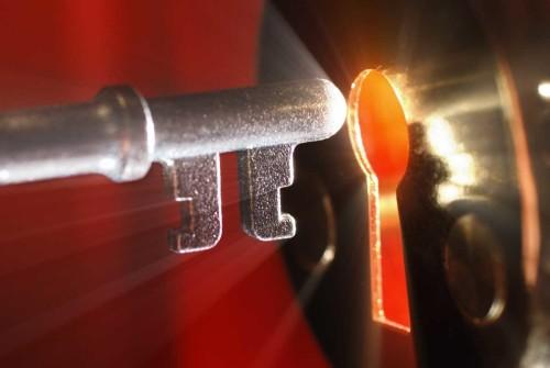 Ключ в дверной замок