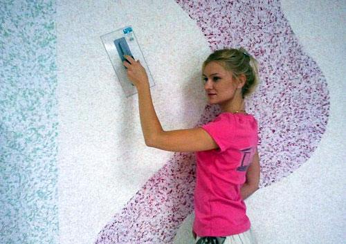 Как клеить жидкие обои на стену